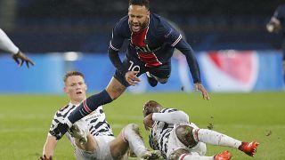 Le joueur du PSG Neymar subit un tacle contre Manchester United, le 20 octobre 2020, Paris