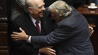 Los expresidentes uruguayos José Mujica y Julio María Sanguinetti se abrazan el día de su adiós político