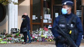 Tapis de fleurs devant le collège du Bois d'Aulne, à Conflans-Sainte-Honorine, en hommage à Samuel Paty, le 19 octobre 2020