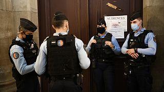 ضباط شرطة الدرك الفرنسي في محكمة باريس