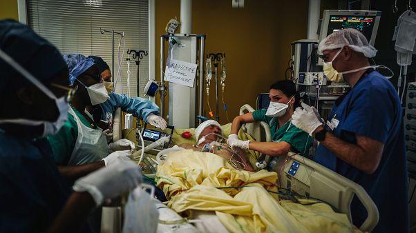 Une unité de réanimation en pleine action à l'hôpital Lariboisière à Paris, le 14 octobre 2020