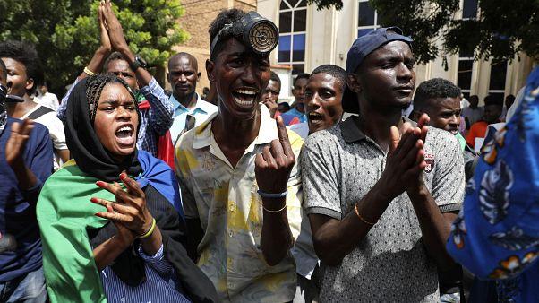 صورة أرشيفية لمتظاهرين سودانيين يتجمعون خارج مقر مجلس الوزراء في العاصمة الخرطوم الاثنين 17 أغسطس 2020