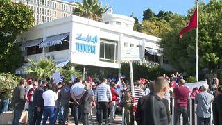 Angestellte des Tourismus-Sektors demonstrieren vor dem Tourismusministerium in Tunis
