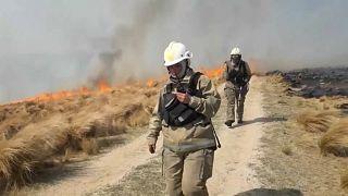 شاهد.. رجال إطفاء تنجح في إخماد آخر بؤر الحرائق وسط الأرجنتين
