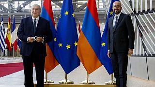 آرمن سرکیسیان، رئیس جمهوری ارمنستان در کنار شارل میشل، رئیس شورای اتحادیه اروپا در بروکسل در روز چهارشنبه ۲۱ اکتبر