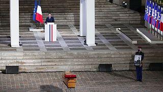 Le cercueil de Samuel Paty, lors de la cérémonie, présidée par Emmanuel Macron, d'hommage national rendu à ce professeur assassiné, à la Sorbonne à Paris le 20 octobre 2020