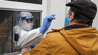 Medizinisches Personal testet einen Mann in Köln auf Corona, 15.10.2020