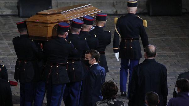نعش المعلم المقتول صمويل باتي في باحة جامعة السوربون خلال مراسم التذكار الوطني في باريس.
