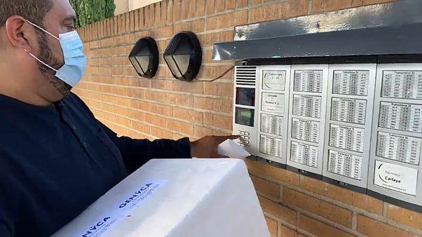 Un repartidor entrega una prueba de COVID-19 a domicilio