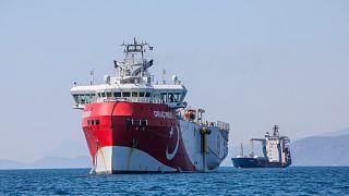 """سفينة الأبحاث التركية """"عروج ريس"""" راسية قبالة ساحل أنطاليا على البحر الأبيض المتوسط."""