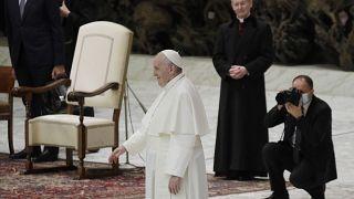 البابا فرنسيس يحيي الحاضرين في نهاية لقائه الأسبوعي العام في القاتيكان. 2020/10/21