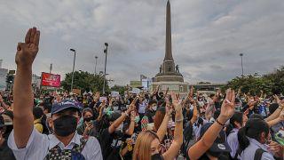 Tayland'da göstericiler başkent Bangkok'taki Zafer Anıtı önünde