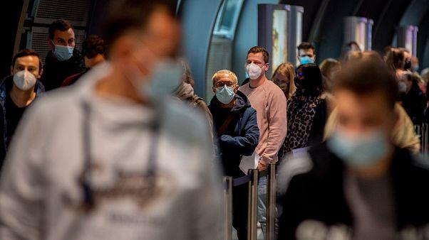 Personnes faisant la queue dans un centre de test Covid-19 installé dans l'aéroport de Francfort en Allemagne le 22 octobre 2020