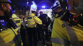 الشرطة البريطانية توقف المخالفين