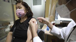 Grip aşısı olan Güney Koreli bir kadın