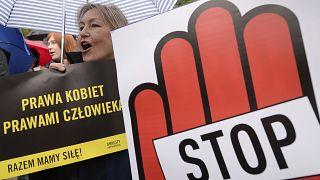 """""""Döntési lehetőséget akarunk, nem elnyomást!"""" - az abortusz szigorítása ellen tüntetők szlogenje"""