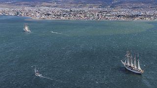 Das spanische Schiff Juan Sebastian de Elcano und die chilenische La Esmeralda vor Punta Arenas