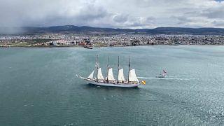 El buque escuela de la Armada española, Juan Sebastián Elcano, navega por el estrecho de Magallanes frente al puerto de Punta Arenas, Chile, 21 de octubre 2020