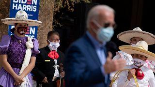 Des sympathisants écoutent le candidat démocrate à la présidence Joe Biden parler au East Las Vegas Community Center des effets du Covid-19 sur les Latinos, le 9 octobre 2020,