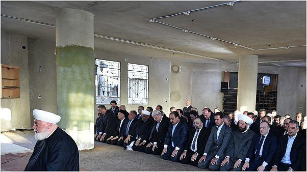 مفتي دمشق يأم صلاة بحضور الأسد