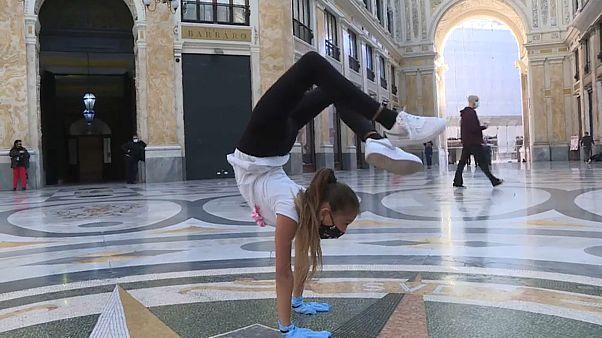 Miriam bailando en la Galería Umberto de Nápoles
