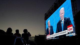 مردم سانفرانسیسکو در حال دیدن مناظره روی تلویزیون های بزرگ شهری