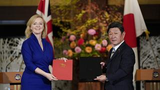 British International Trade Secretary Liz Truss (L) and Japanese Foreign Minister Toshimitsu Motegi in Tokyo, Friday, Oct. 23, 2020.