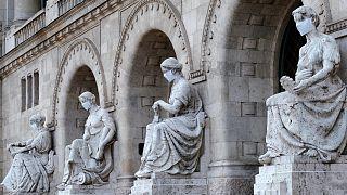 Szájmaszkok a Budapesti Műszaki és Gazdaságtudományi Egyetem allegorikus kőszobrain