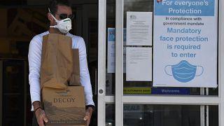 استفاده از ماسک در بسیاری از مکانهایی که شیوع ویروس کرونا در آنها بالاست اجباری شده است