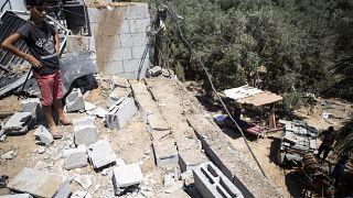 طفل فلسطيني يتفقد أضرارا لحقت بمنزل عائلته إثر غارة جوية إسرائيلية على مخيم البريج في قطاع غزة. أرشف - 2020/08/15