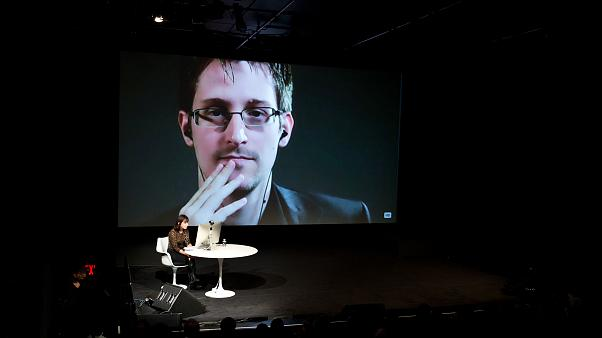 Эдвард Сноуден выступает по видео связи.