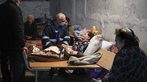 موظف في مجال الصحة يتحدث لعجوز في ملجإ في ستيبانكرت إحدى مناطق ناغورنو قره باغ. 2020/10/22