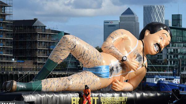 Надувной Борат на Темзе
