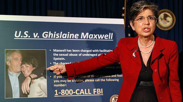 Audrey Strauss, New York-i államügyész ismerteti a Ghislaine Maxwell elleni vádakat 2020 júliusában