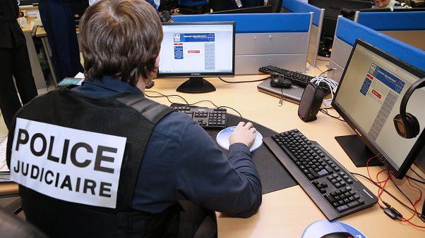 Французский полицейский работает с платформой Pharos