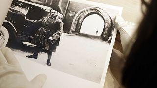 صورة أدولف هتلر في ميونخ الألمانية. الصور من البوم وهي تعود للحقبة النازية وقد تم عرضها في مزاد يوم 2017/05/10.