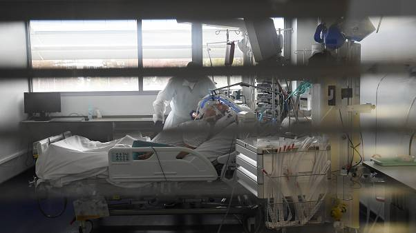 مريض مصاب بكورونا في وحدة العناية المركزة بأحد مستشفيات فرنسا
