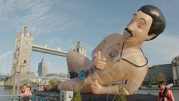 """Riesiger """"Borat"""" schippert in London halbnackt auf der Themse"""