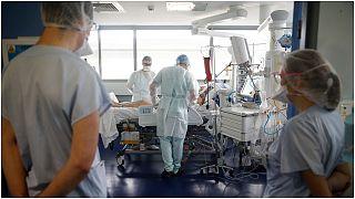 عاملون في المجال الطبي يعتنون بمريض بكوفيد-19 في مستشفى سترازبورغ المدني الجديد في فرنسا. 2020/10/22