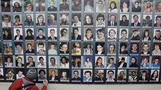 Транспарант с фотографиями погибших в результате теракта на Дубровке