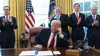 Donald Trump s'entretenant avec les Premiers ministres israélien et soudanais, Benjamin Netanyahu et Abdallah Hamdok, depuis la Maison Blanche, le 23 octobre 2020
