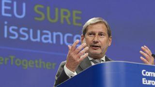 Az EU költségvetésért és igazgatásért felelős uniós biztosa, Johannes Hahn az uniós szociális kötvények első kibocsátásáról tartott sajtótájékoztatóján.