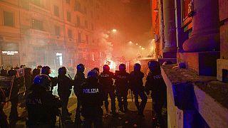 Napoli'de göstericiler sokağa çıkma yasağının ilk gününde polisle çatıştı.