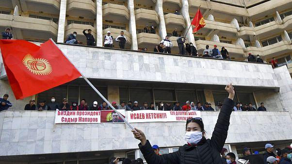 Kırgızistan'da 4-5 Ekim'de başlayan ve yaklaşık 10 gün süren protestolardan bir kare.