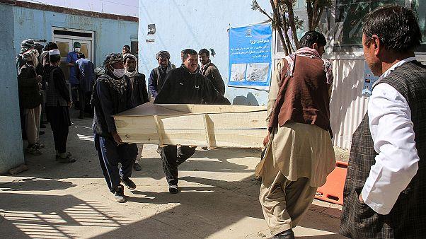 Afganistan'ın başkenti Kabil'de cumartesi günü bir eğitim merkezine düzenlenen bombalı saldırıda en az 10 kişi hayatını kaybetti.