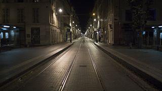 Una calle vacía se muestra después del toque de queda en Marsella, sur de Francia, el 24 de octubre de 2020.