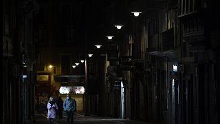 Una pareja en la calle Estafeta de Pamplona, Navarra, España, 24 de octubre 2020