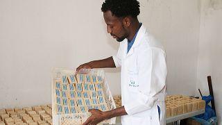 Deritson de Pina, engenheiro químico, mostra os sabonetes produzidos a partir de óleo alimentar