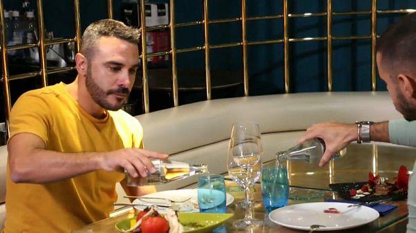 Dos jóvenes en un bar de Madrid