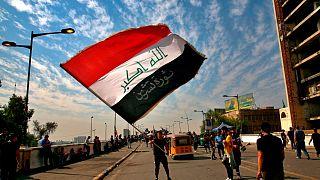 شباب يتظاهرون في العراق